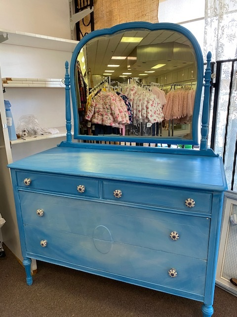 4 Drawer Dresser with Swivel Mirror
