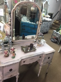 Flat Top Vintage Vanity with Swivel Mirror in Dusty Pink