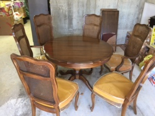 French Provincial Dining Room Table... 2 Leaves... 6 Cane Chairs
